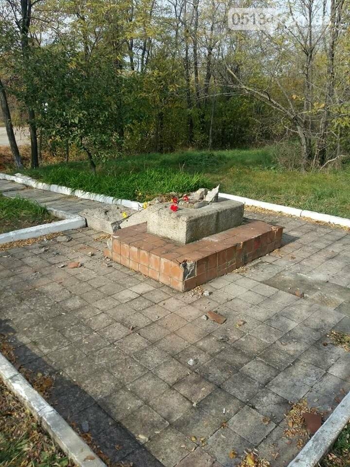 Поблизу Мар'їної Рощі невідомі зруйнували пам'ятник капітана Олексія Осадчого (ФОТО), фото-1