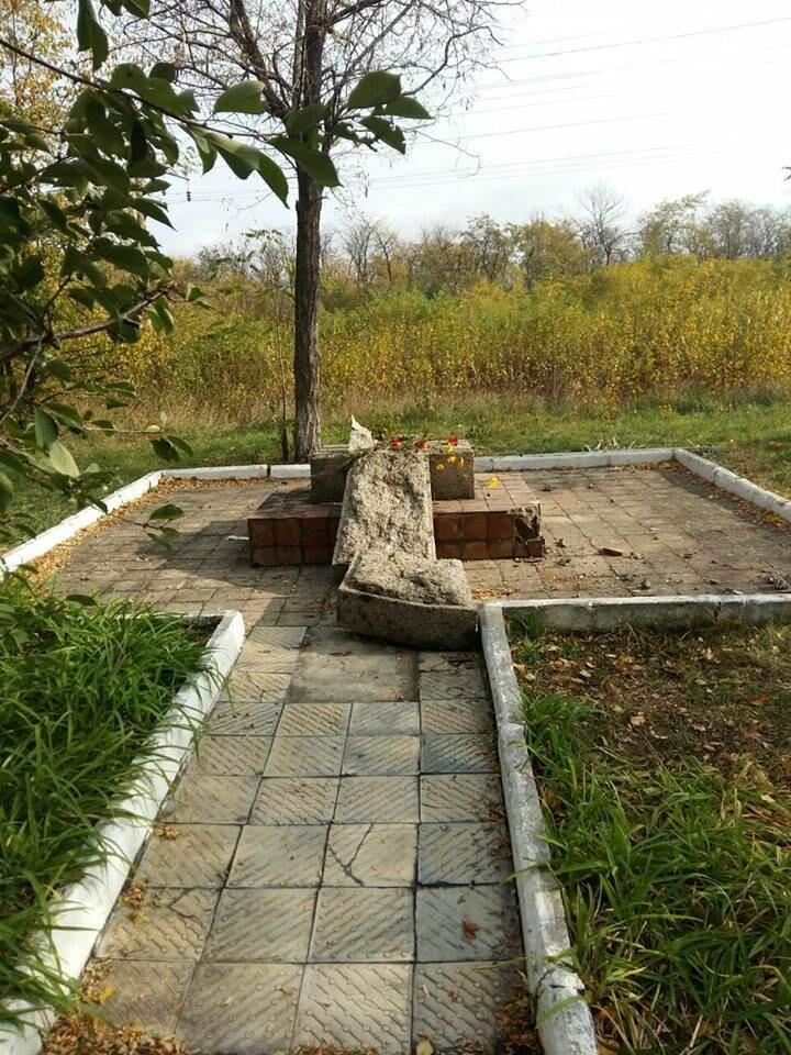 Поблизу Мар'їної Рощі невідомі зруйнували пам'ятник капітана Олексія Осадчого (ФОТО), фото-2
