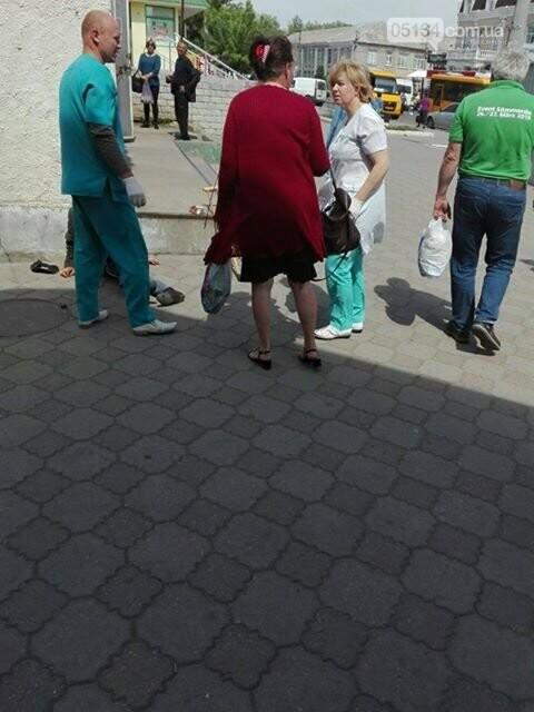 Зомлів просто на вулиці: у Вознесенську перехожі викликали швидку інваліду, фото-2