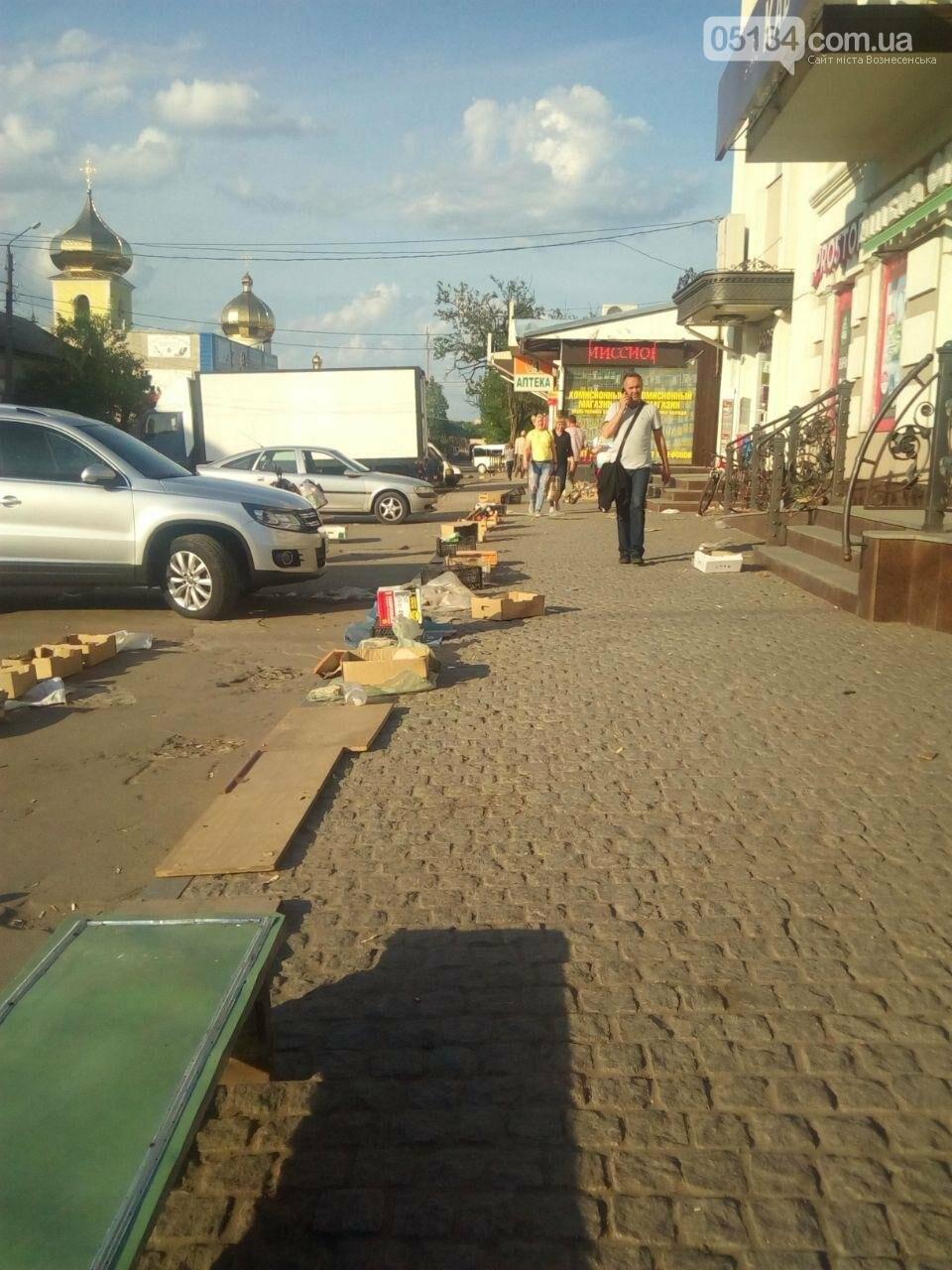 Засмічений тротуар та жахливий безлад: наслідки діяльності стихійного ринку у Вознесенську, - ФОТО, фото-1