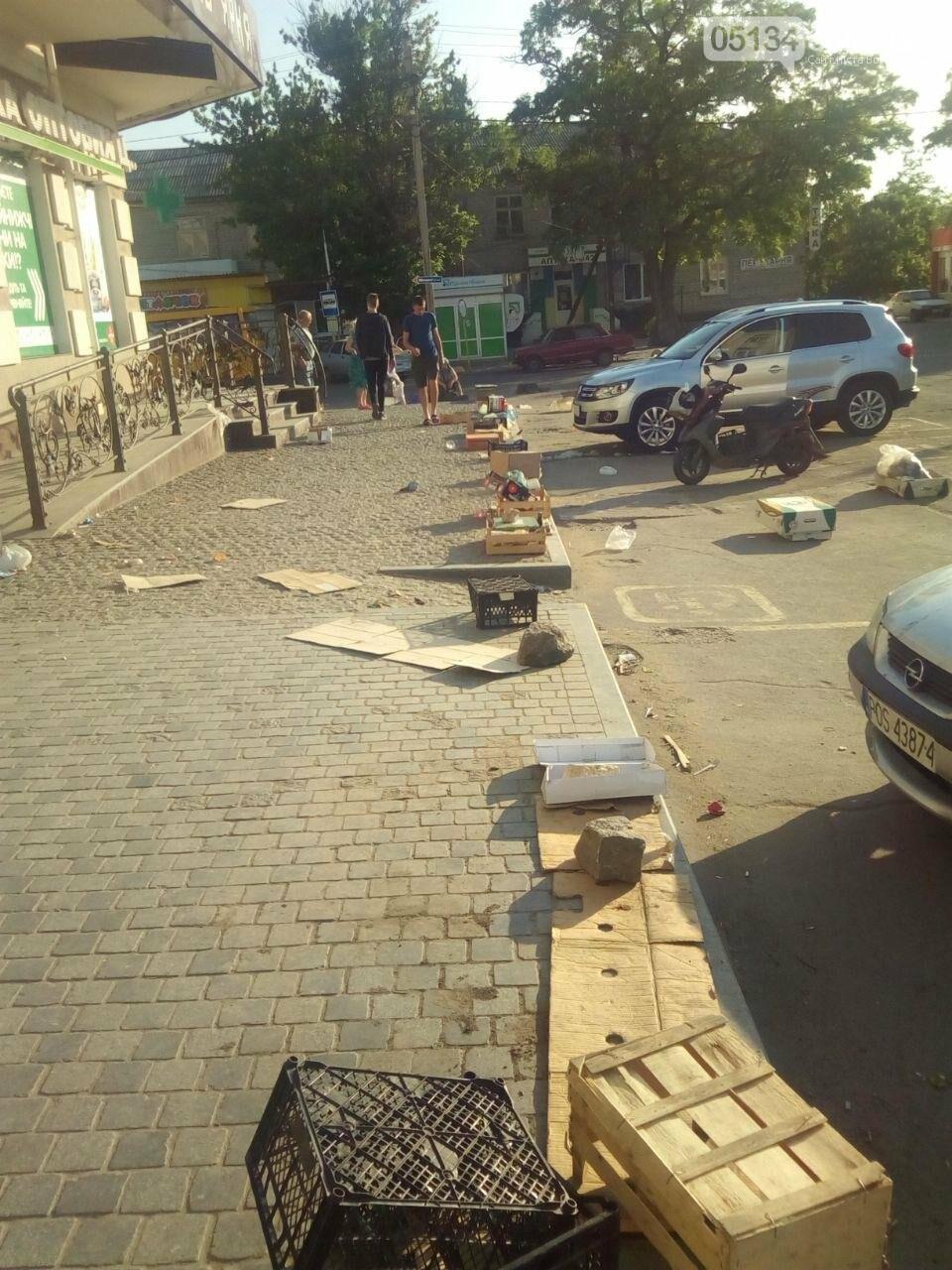 Засмічений тротуар та жахливий безлад: наслідки діяльності стихійного ринку у Вознесенську, - ФОТО, фото-2