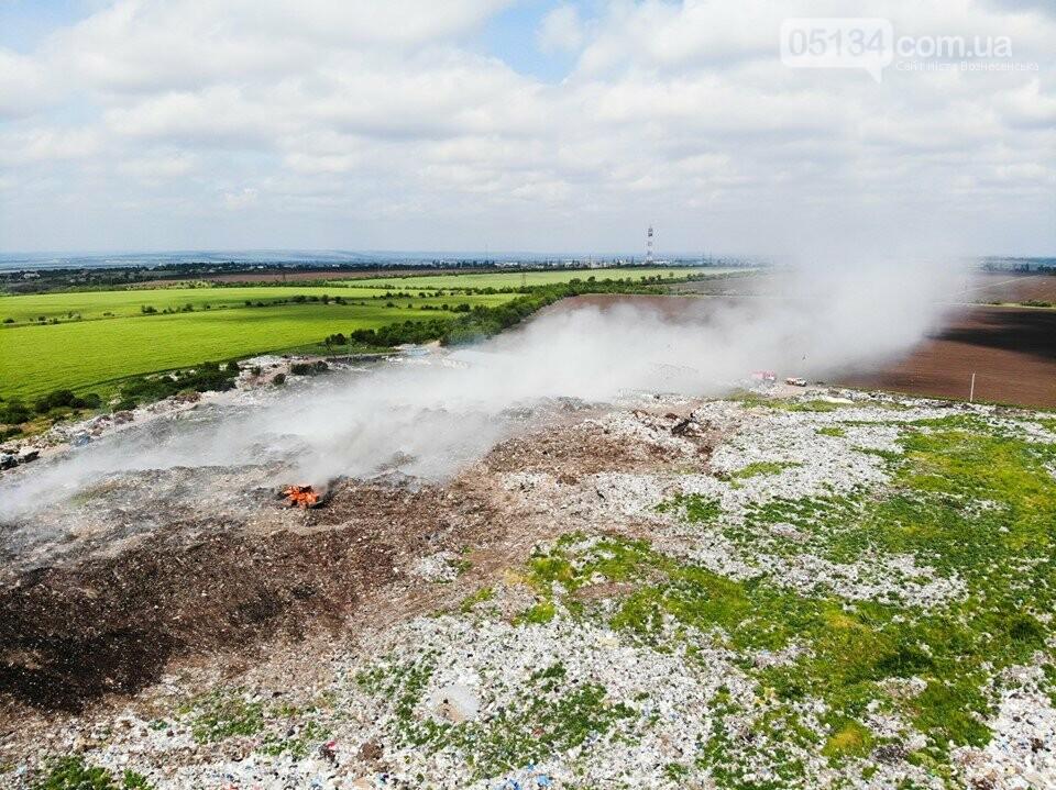 У Вознесенську горить сміттєзвалище: на виклик приїхали рятувальники, - ФОТО, фото-2