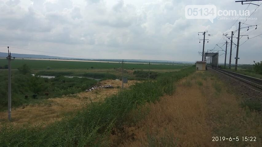 На околиці Вознесенська, невідомі влаштували звалище перед залізничним мостом, фото-1
