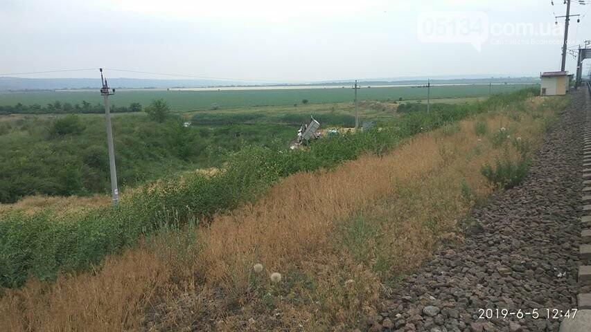 На околиці Вознесенська, невідомі влаштували звалище перед залізничним мостом, фото-2