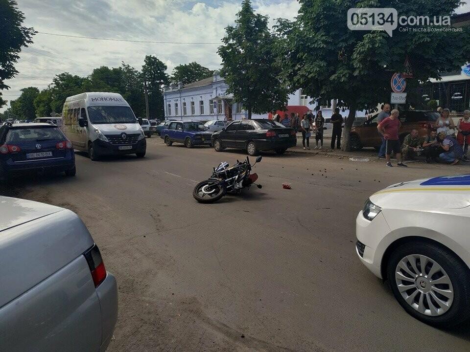 У центрі Вознесенська байкер збив бабусю - постраждалу забрала швидка, фото-1