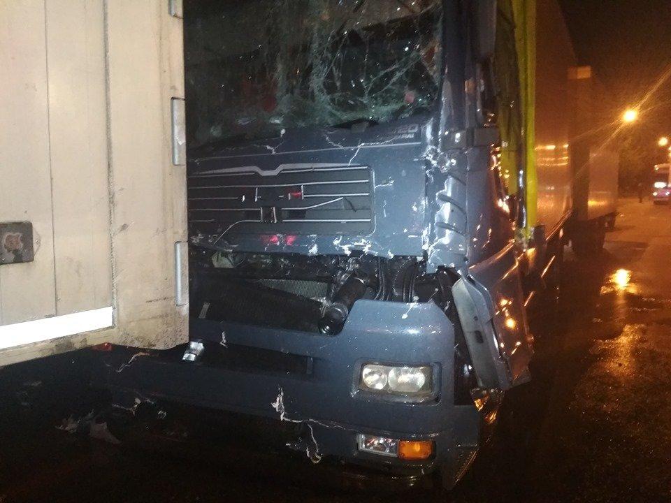 Вночі в центрі Вознесенська зіткнулися фури - постраждала одна людина, - ФОТО, фото-2