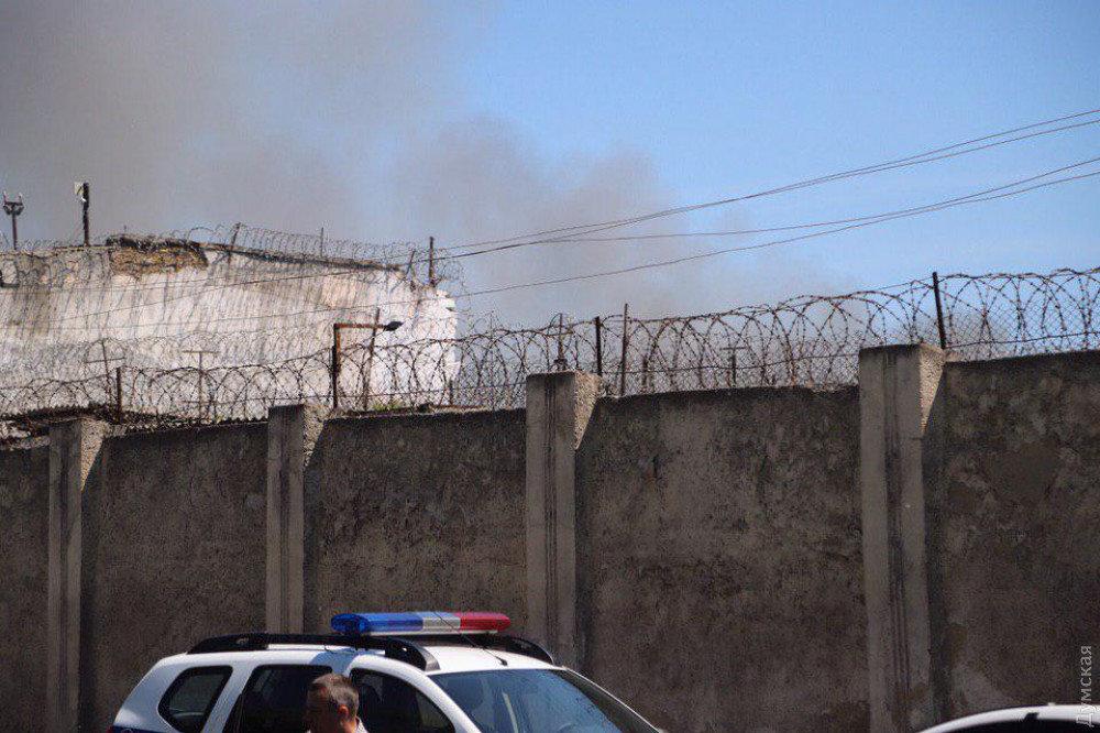 В Одеській колонії ув'язнені влаштували бунт: на території пожежа, є постраждалі, - ФОТО, фото-1