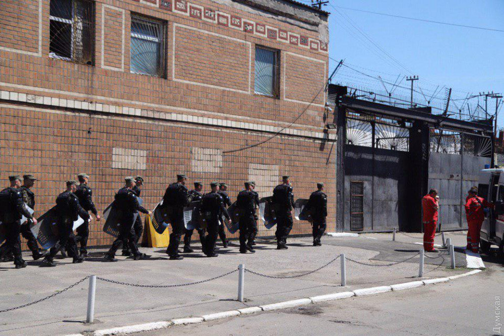 В Одеській колонії ув'язнені влаштували бунт: на території пожежа, є постраждалі, - ФОТО, фото-2