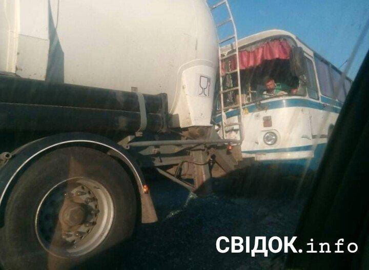 У Вознесенську пасажирський автобус врізався у вантажівку, - ФОТО, фото-1