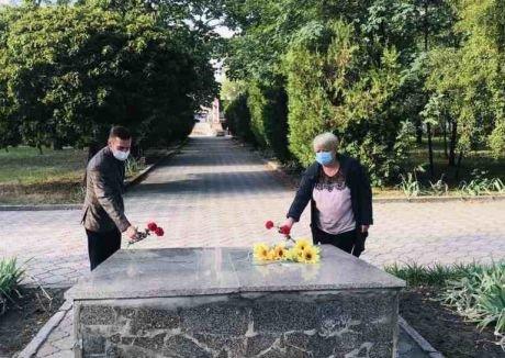 Сьогодні відбулося покладання квітів до братської могили загиблих воїнів в місті Вознесенськ, фото-1